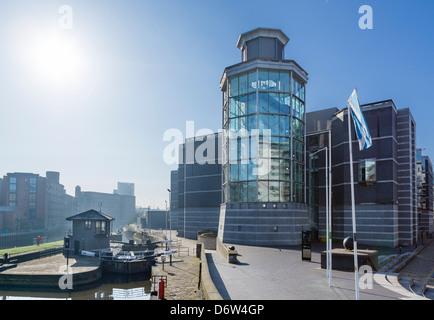 Il Royal Armouries Museum e cancelli di blocco sul fiume Aire al Clarence Dock, Leeds, West Yorkshire, Regno Unito Foto Stock
