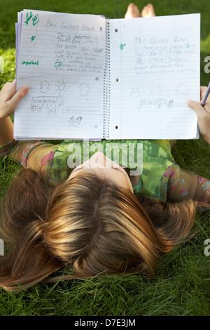 8 anno vecchia ragazza facendo i compiti di scuola Foto Stock
