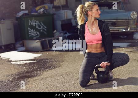 Stanco della donna all'aperto riposo dopo un training crossfit Foto Stock