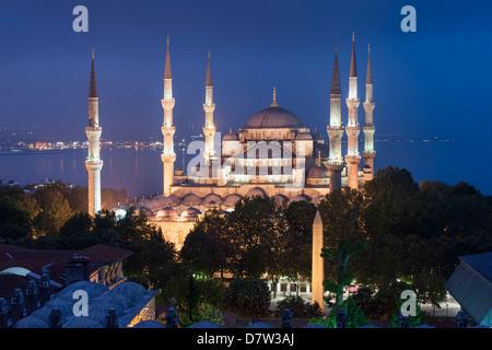 Sultan Ahmet Mosque (Moschea Blu) al crepuscolo, Istanbul, Turchia Foto Stock
