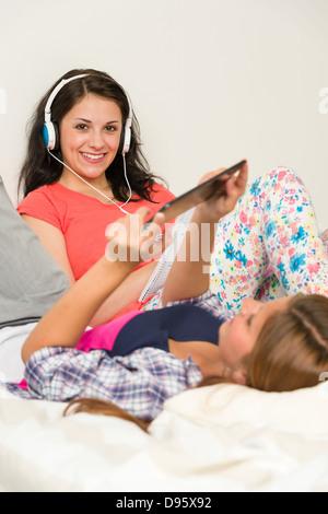 I migliori amici di oziare e la lettura sul letto Foto Stock