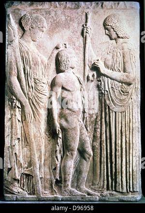 Demetra, antica dea greca di mais e raccolta equivalente a Cerere nel Pantheon romano, presentando il mais a Triptolemus. Foto Stock