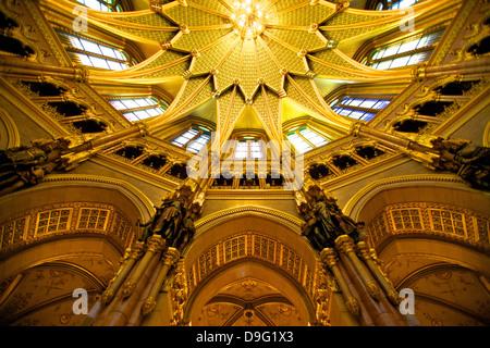 Sala centrale a soffitto, Parlamento ungherese edificio, Budapest, Ungheria Foto Stock