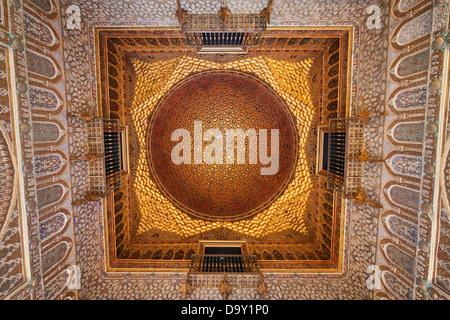 Hall di Ambasciatori soffitto dorato nel Royal Alcazar di Siviglia, in Andalusia, Spagna. Foto Stock
