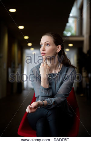Business donna cercando in distanza Foto Stock