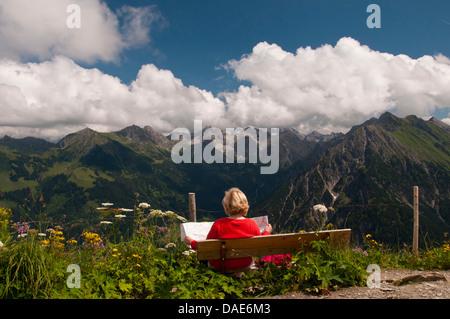 Vista panoramica da un banco a Walmendinger Horn (1990 m) all'Allgaeu Alpi in Oriente, in Germania, in Baviera, Foto Stock
