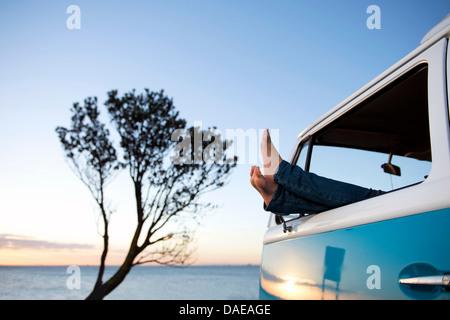 Piedi fuori del camper finestra al crepuscolo Foto Stock
