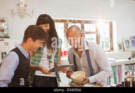 Amici rilassante insieme in cucina Foto Stock