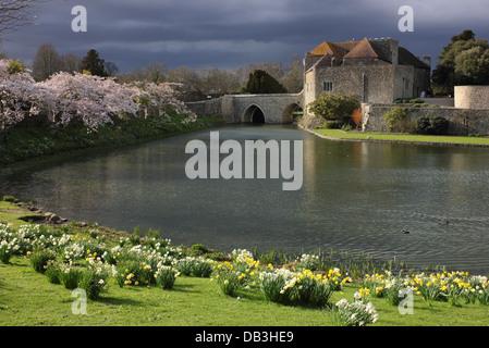 Il Castello di Leeds nel Kent, Regno Unito - ponte ingresso al castello in primavera. Foto Stock