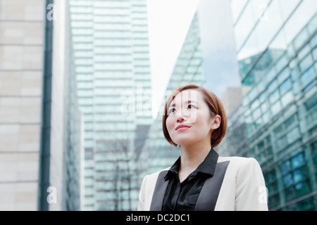 Close up di business donna cercando in distanza Foto Stock