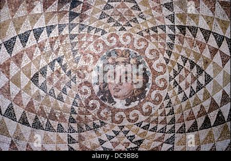 Pavimento a mosaico che mostra la testa di Dioniso impostato in un pattern di triangoli. Da villa romana. Corinto. Foto Stock