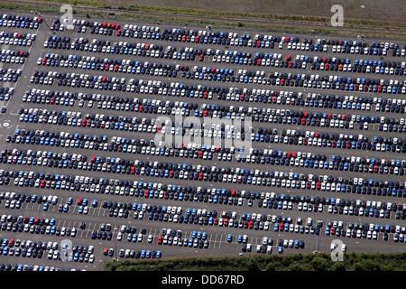 Vista aerea di nuove vetture parcheggiate sulla banchina del porto di Immingham Foto Stock