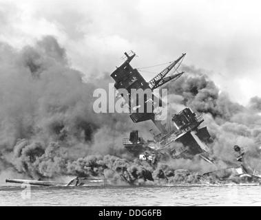 Attacco a Pearl Harbor 7 dicembre 1941. La USS Arizona (BB-39) in appoggio sul fondo del porto come avanti la sua Foto Stock