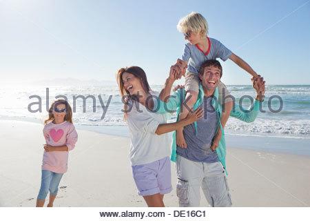 La famiglia felice giocando sulla spiaggia Sunny Beach Foto Stock
