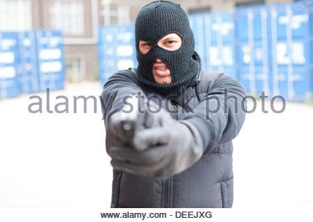 Uomo in maschera da sci pistola di contenimento Foto Stock