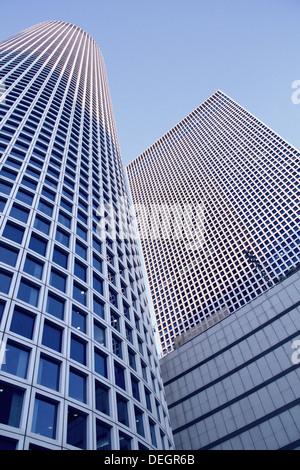 Frammento di edifici moderni in monocromia blu Foto Stock