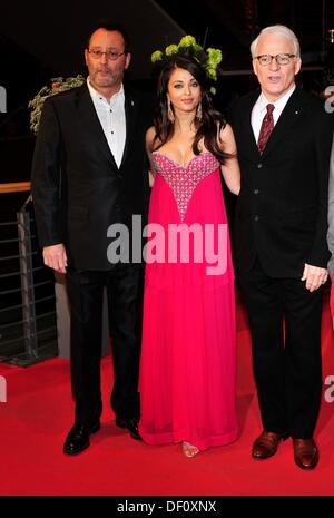 Jean Reno, Aishwarya Rai Bachchan e Steve Martin (l-r) alla Berlinale premiere di 'Pink Panther 2' il 13 febbraio Foto Stock