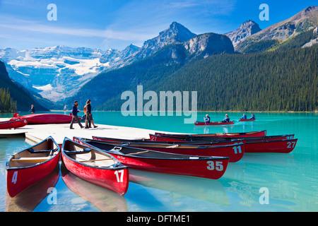 Red canoe per noleggiare sul Lago Louise e il Parco Nazionale di Banff Alberta Rockies Canadesi in Canada Foto Stock