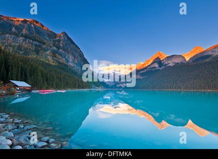 La mattina presto il Lago Louise e il Parco Nazionale di Banff Alberta Canada America del Nord Foto Stock