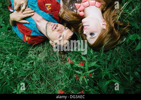 Accoppiare la posa sul campo in erba, vicino ad alto angolo di visione Foto Stock