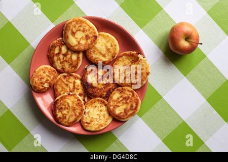 Cottage cheese pancakes sulla piastra Foto Stock