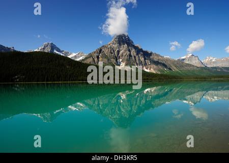 Montare Chephren riflessa in un mare verde smeraldo Lago di uccelli acquatici, il Parco Nazionale di Banff, provincia Foto Stock