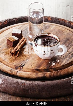 Cioccolata calda con spezie e acqua Foto Stock