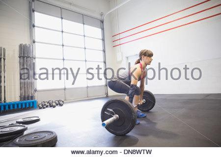 Donna pratica deadlifts Foto Stock