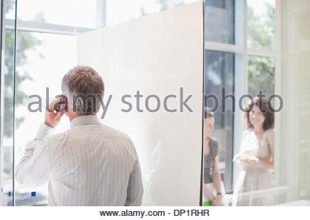 Imprenditore parlando al cellulare Foto Stock