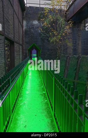 Illuminato ex bunker di carbone, acciaierie in disuso, parco paesaggistico Duisburg-Nord, la zona della Ruhr, Nord Foto Stock