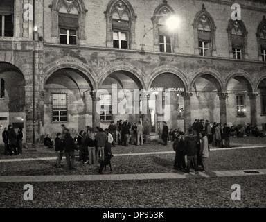 Vita notturna attorno a Palazzo Isolani a Bologna dove gli studenti possono appendere fuori a tutte le ore della Foto Stock