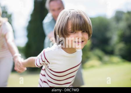 Nonni tirando i nonni all'aperto Foto Stock