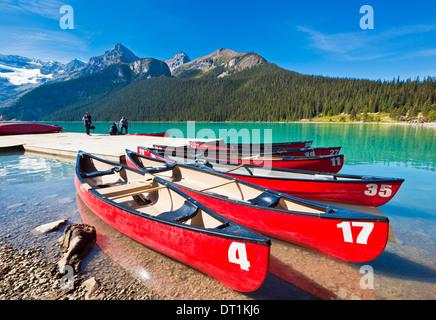 Red canoe per noleggiare sul Lago Louise, il Parco Nazionale di Banff, Sito Patrimonio Mondiale dell'UNESCO, Alberta, Foto Stock