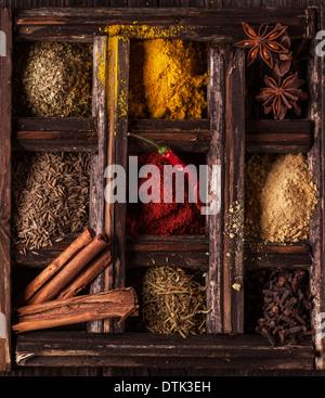 Vista dall'alto sulla miscela di spezie nella vecchia scatola di legno Foto Stock