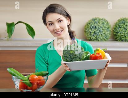 La donna in cucina insalata di realizzazione Foto Stock