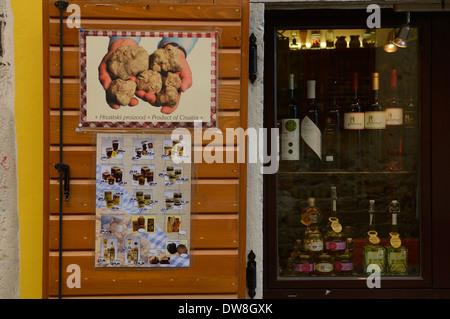 Negozio di gastronomia con specialità di tartufi. Il villaggio di montagna di Montona. Istria. Croazia Foto Stock
