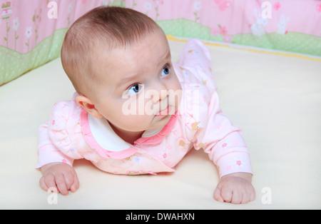 Baby girl bambino nel presepe Foto Stock