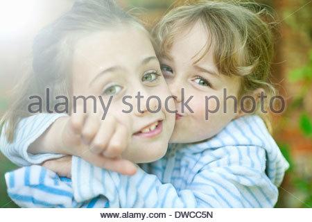 Abbracciare delle sorelle Foto Stock