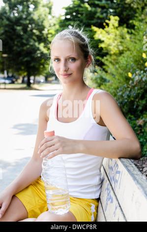 Ritratto di giovane donna giocatore di basket prendendo una pausa in posizione di parcheggio Foto Stock