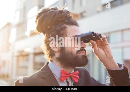 Elegante Elegante dreadlocks imprenditore binocolo nel panorama aziendale Foto Stock