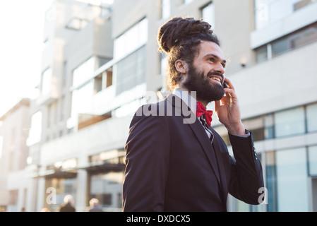 Elegante Elegante dreadlocks imprenditore nel panorama aziendale Foto Stock