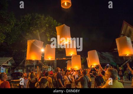 Rilascio di lanterne del cielo durante il festival della luce, Chiang Mai, Thailandia Foto Stock