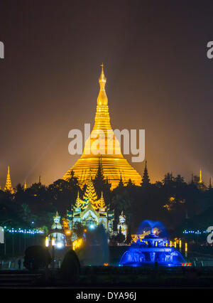 Myanmar Birmania Asia Yangon Rangoon Shwedagon architettura colorate luci d'oro pagoda golden religione skyline Foto Stock