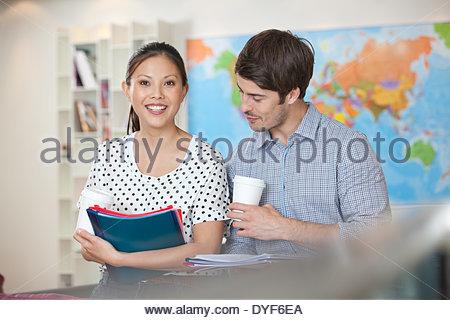 Imprenditore imprenditrice caffè dei documenti di office Foto Stock