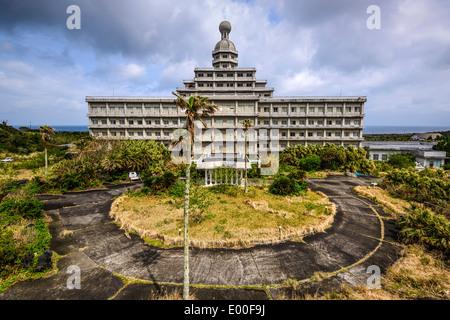 Hotel abbandonato sull'isola di Hachijojima, Tokyo, Giappone. Foto Stock