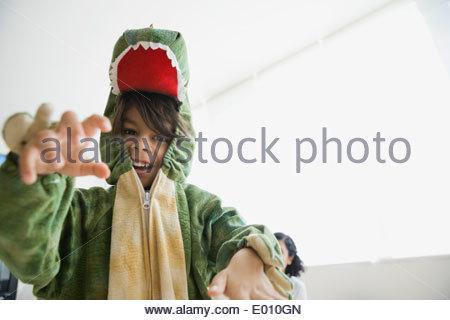 Giocoso ragazzo in costume del drago Foto Stock
