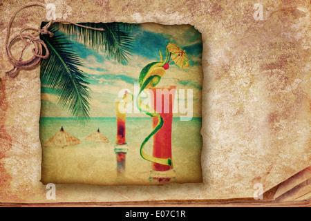 Cocktail party invito in stile vintage. Grunge texture con alcool due cocktail serviti al bar sulla Tropical Ocean Foto Stock