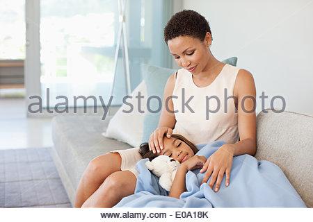 Donna cura dei malati figlia Foto Stock