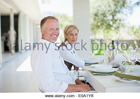 Giovane gustando una cena elegante Foto Stock