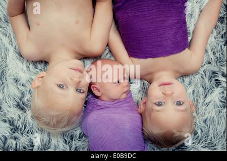I fratelli giacenti su un tappeto Foto Stock